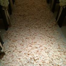 チャペルの床にしきつめたバラ。