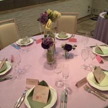 テーブルはピンクと紫で大人可愛く。