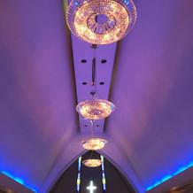 チャペル天井。シャンデリアも素敵です。