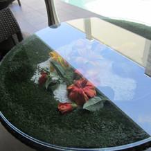 プールサイドのテーブル