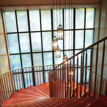 階段横のベネチアングラス