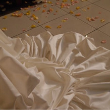 ウェディングドレスとフラワーシャワー