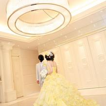 カラードレスはお金がかかりますが、綺麗な