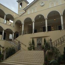 中庭 チャペルからの階段