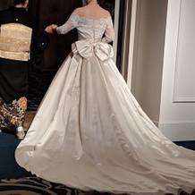 オフショルダーのウェディングドレス