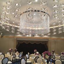 1番大きな部屋です シャンデリアが印象的