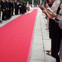 挙式は赤い絨毯をひいて