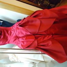 胸元のお花が大人可愛い赤ドレス