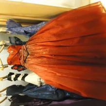 華やかなオレンジんのドレス