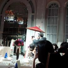 赤い番傘で入場