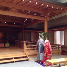 親族以外は神殿の前に座ります