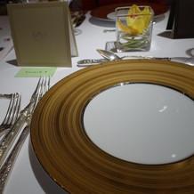 試食。ゴールドのお皿が素敵です