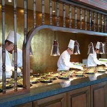 オープンキッチンで、ゲストに高評