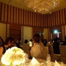 披露宴会場は天井が高くて広々