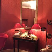 支度部屋。赤い壁で特別感があります