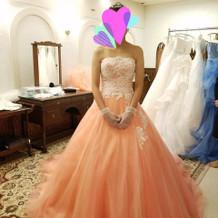 色が鮮やかなドレスでした