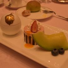 アイスクリーム、いちごのムース、フルーツ