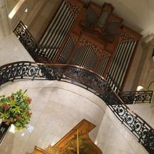 大階段とパイプオルガン