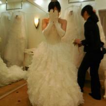 新作のドレス試着