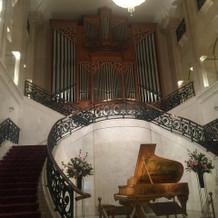 パイプオルガンと黄色いピアノがあります。