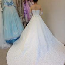 トレーンの刺繍がきれいなドレスでした。