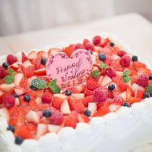 ベリーいっぱいのウエディングケーキ