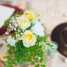 装花。ブーケの色に合わせて。