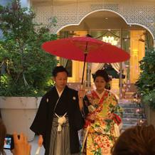 披露宴入場は和装で 番傘をさして入場です