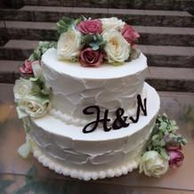 2段のお花をのせたケーキ