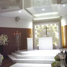 白を基調とした挙式会場。