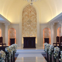 天井がとても高い教会。白い高貴な空間。