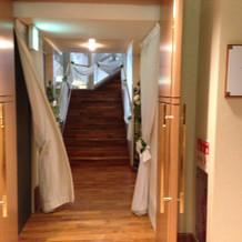 控え室から挙式会場までの階段