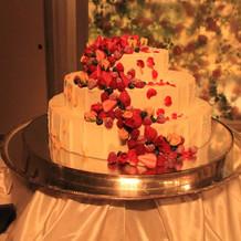 三段のウェディングケーキ