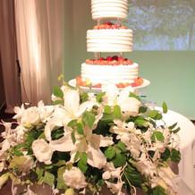 三段のウエディングケーキ