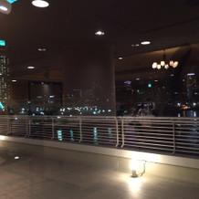 披露宴会場からみた神戸の街の夜景。