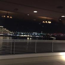 こちらは対面する突堤の夜景。