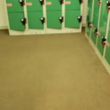更衣室は凄く狭く、仕切りもないです
