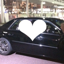 挙式後に新郎新婦は車で。お見送り。