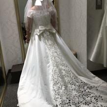 トレーンの長い15号ドレス