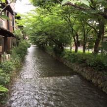 式場前の綺麗な川