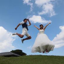 空と緑と白いドレスの元気いっぱいの一枚♪