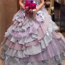 フリルが可愛らしいカラードレスです。