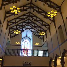 入り口の二階部分に大きなステンドグラス