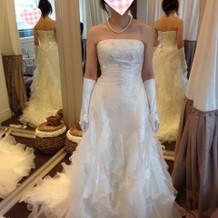 下に動きのあるドレス