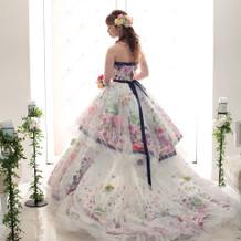 カラードレスはthe hanyのもの。