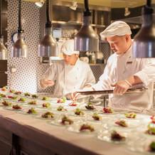 オープンキッチンで料理の様子が見られます