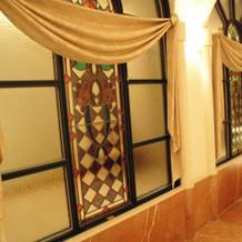 回廊にあるステンドグラス