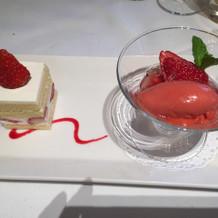 デザートのケーキとソルベ。