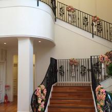 チャペルから披露宴会場に向かう階段