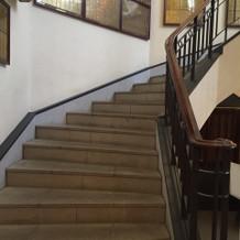 ブーケトスや写真撮影をする階段